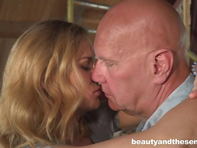Cute housewifely chick Jenny Manson is ready in ride old cock on apprise of